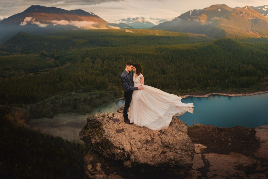 Mountaintop outdoor elopement in Seattle Washington