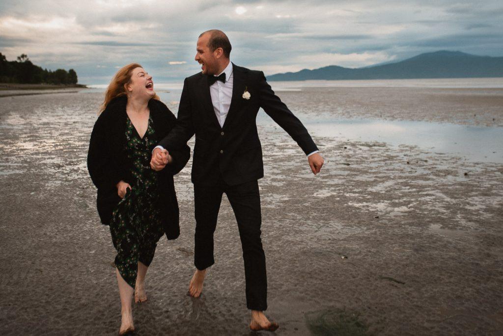 spanish banks couple running photography wedding
